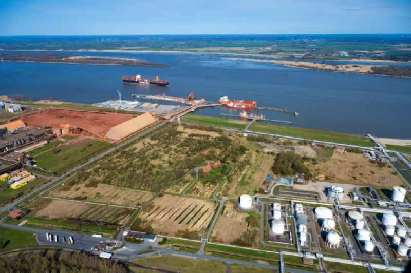 Port facility Stader Seehafen AOS am Buetzflether Sand in Buetzfleth in the state Lower Saxony, Germany. The Hanseatic Energy Hub is to be built on the green space by 2026. The planned terminal for the import of liquefied natural gas (LNG) will be integrated into the existing industrial park