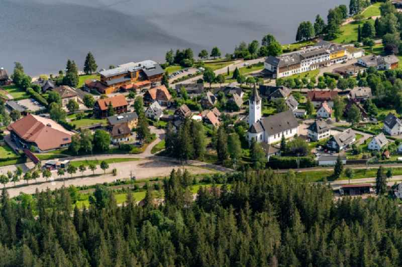 Village on the banks of the area lake in Titisse Ferienort in Suedschwarzwald in Titisee-Neustadt in the state Baden-Wuerttemberg, Germany