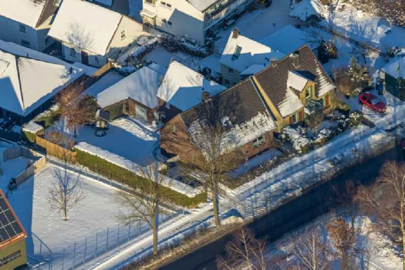 Wintry snowy single-family residential area of settlement on Westoenner Bundesstrasse in Werl at Ruhrgebiet in the state North Rhine-Westphalia, Germany