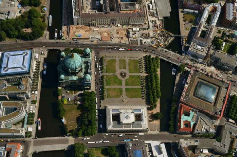 Vertical aerial view from the satellite perspective of the ensemble space Lustgarten - Altes Museum in the inner city center in the district Mitte in Berlin, Germany. Further information at: Gruen Berlin GmbH.
