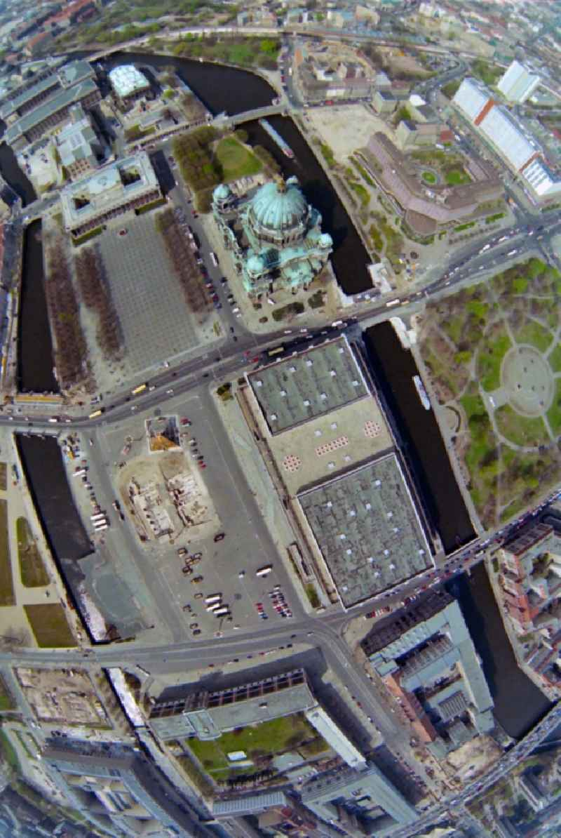 Vertical aerial view from the satellite perspective of the city center in the downtown area with the Lustgarten, the Berlin Cathedral and the Palace of the Republic on Marx Angel Place today Palace Square in Berlin. Further information at: Foerderverein Berliner Schloss e.V..