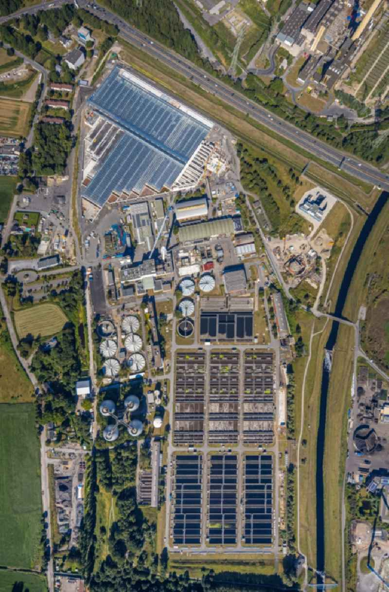 Vertical aerial view from the satellite perspective of the sewage works Basin and purification steps for waste water treatment Emschergenossenschaft Klaeranlage Bottrop in Bottrop in the state North Rhine-Westphalia