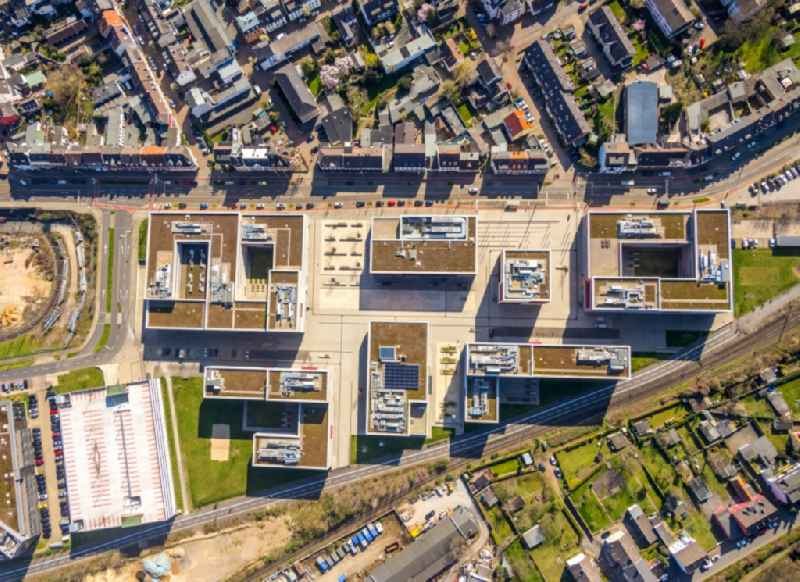 Vertical aerial view from the satellite perspective of the campus building of the university Hochschule Ruhr West - Campus Muelheim Duisburger Strasse in Muelheim on the Ruhr in the state North Rhine-Westphalia